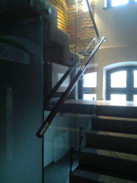 Balustrada szklana wewnętrzna z drewniano-metalową poręczą
