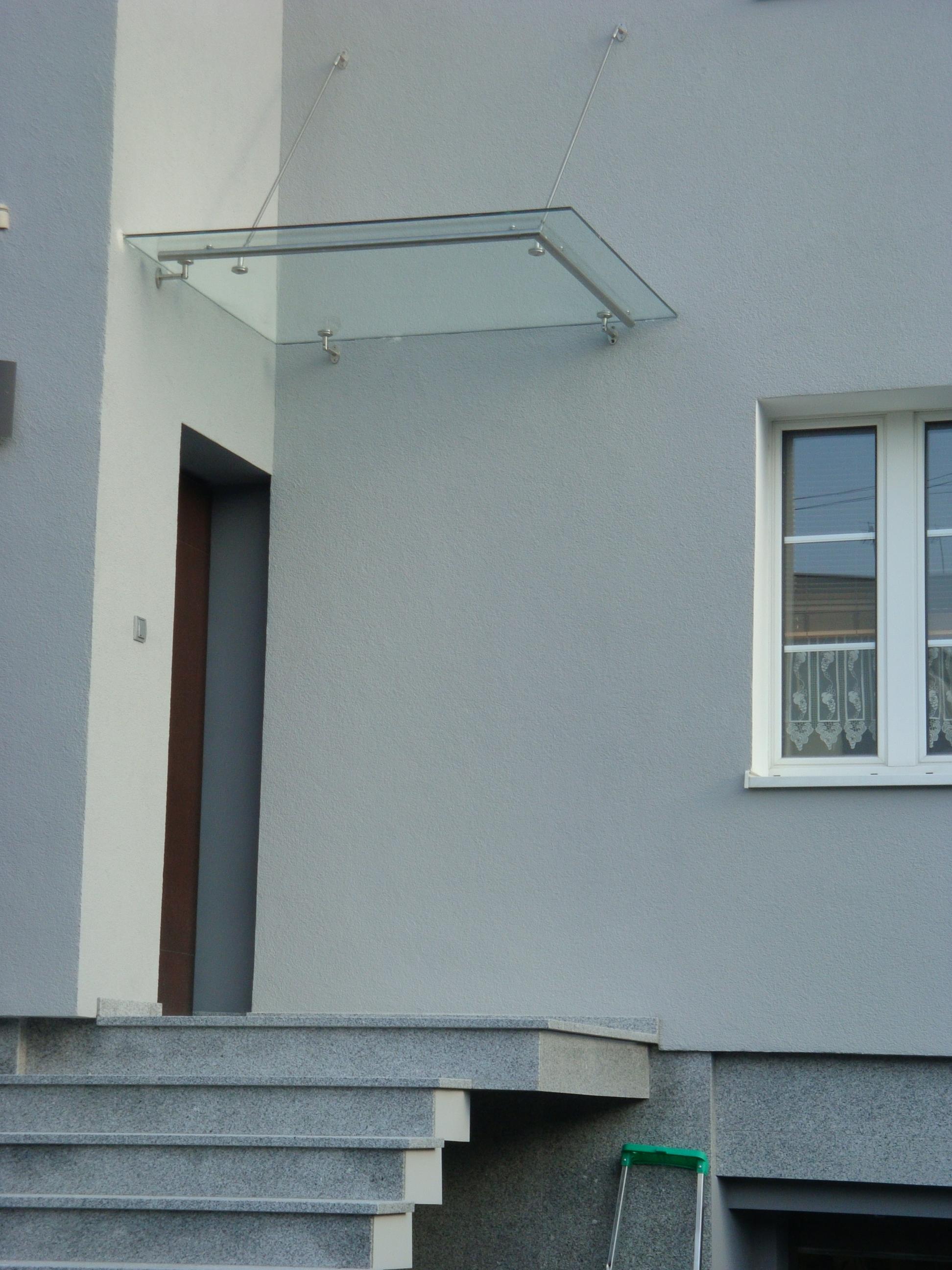 Daszek szklany nad wejściem