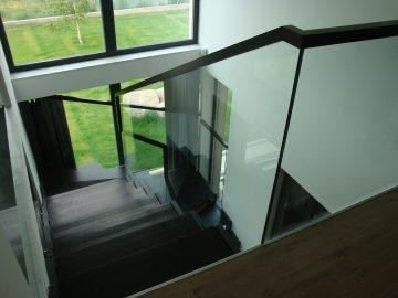 Balustrada szklana wewnętrzna z czarną poręczą