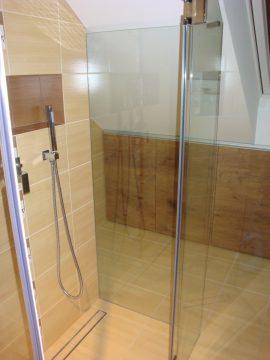 Kabina prysznicowa z szklanymi drzwiami